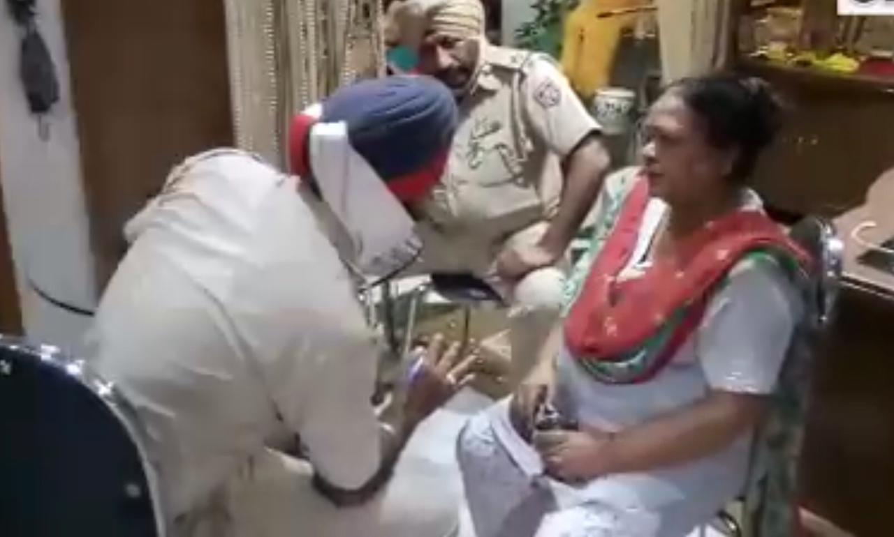 महिला के बयान दर्ज करती पुलिस। - Dainik Bhaskar