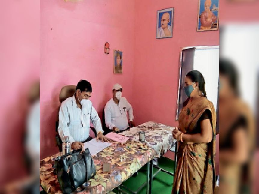 गोठरा गांव में स्कूल का उपस्थिति रजिस्टर चेक करते जनपद सीईओ - Dainik Bhaskar
