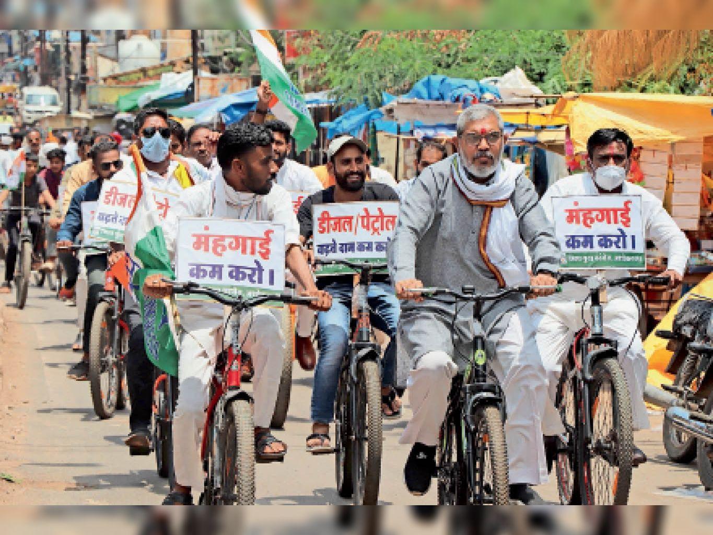 महंगाई के विरोध में साइकिल रैली निकालते हुए कलेक्टोरेट जाते हुए कांग्रेस कार्यकर्ता। - Dainik Bhaskar