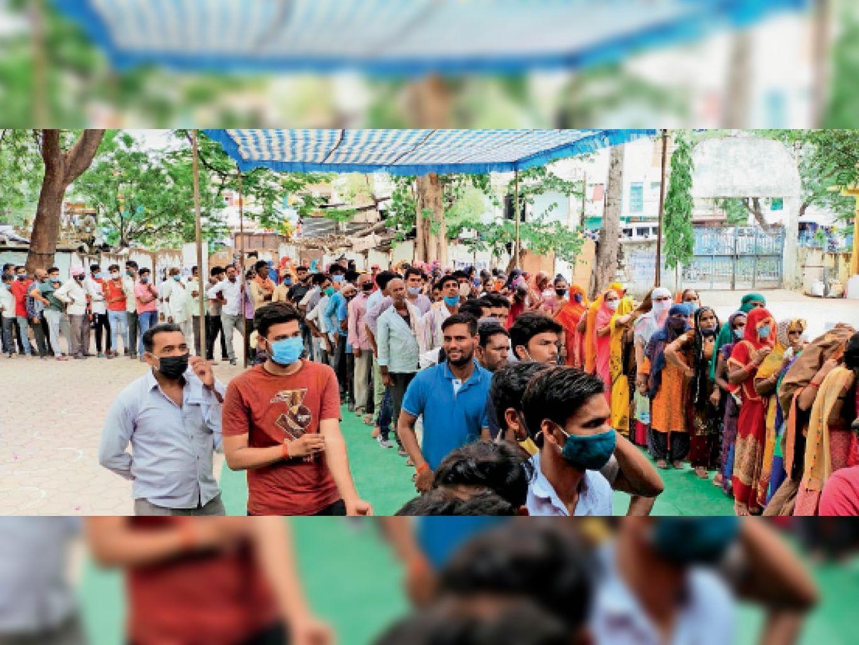 मुंगावली के टीकाकरण केंद्र पर टीका लगवाने महिलाओं और पुरुषों की लगी लंबी कतार। - Dainik Bhaskar