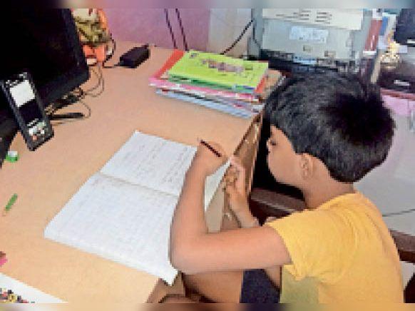 ऑनलाइन पढ़ाई करता बालक। - Dainik Bhaskar