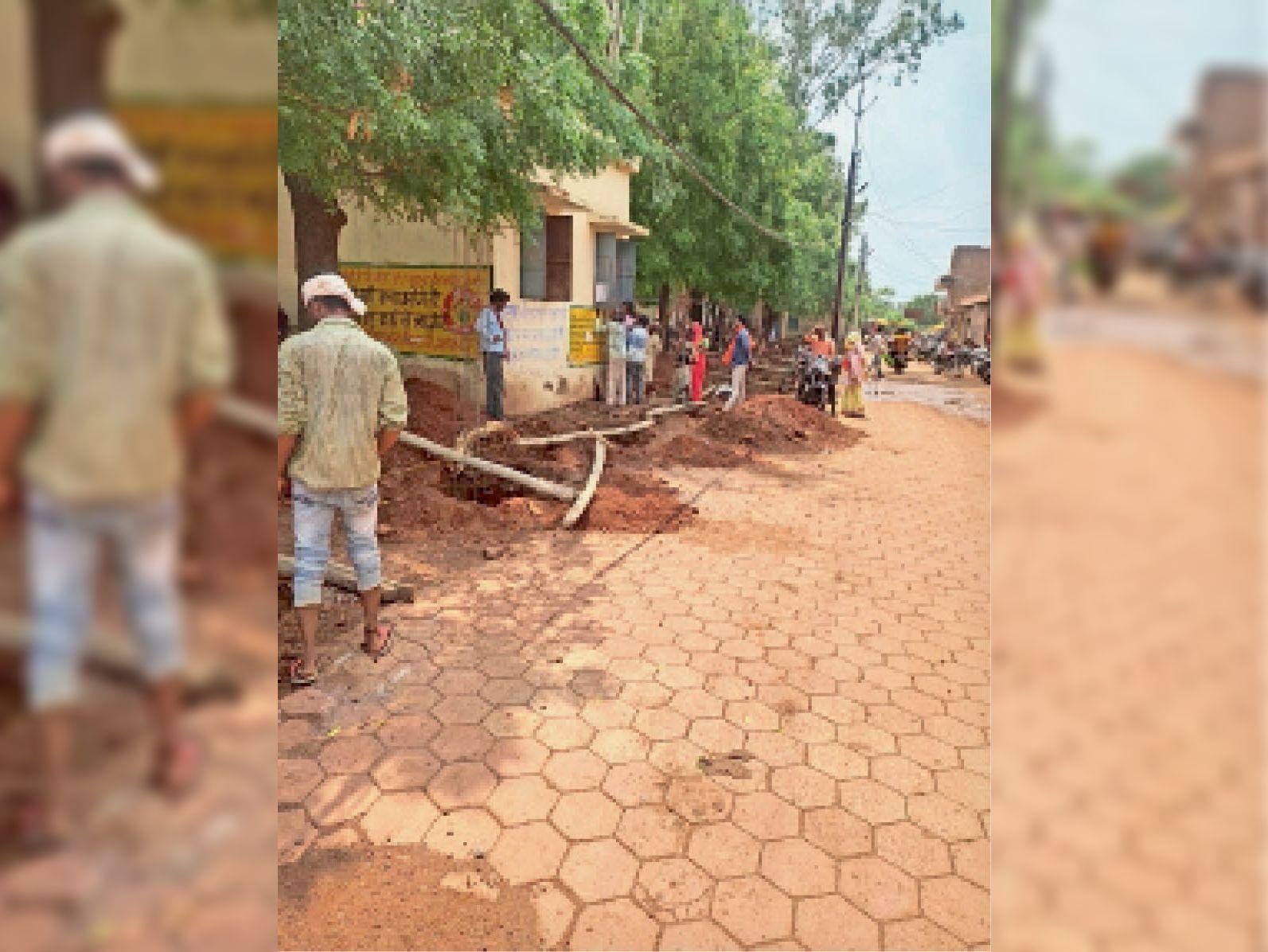 जनपद परिसर में बाडंड्रीवॉल का निर्माण करते कर्मचारी। - Dainik Bhaskar