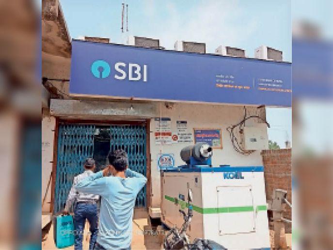 बैंक खाते से होल्ड हटवाने के लिए धूप में खड़े उपभोक्ता। - Dainik Bhaskar