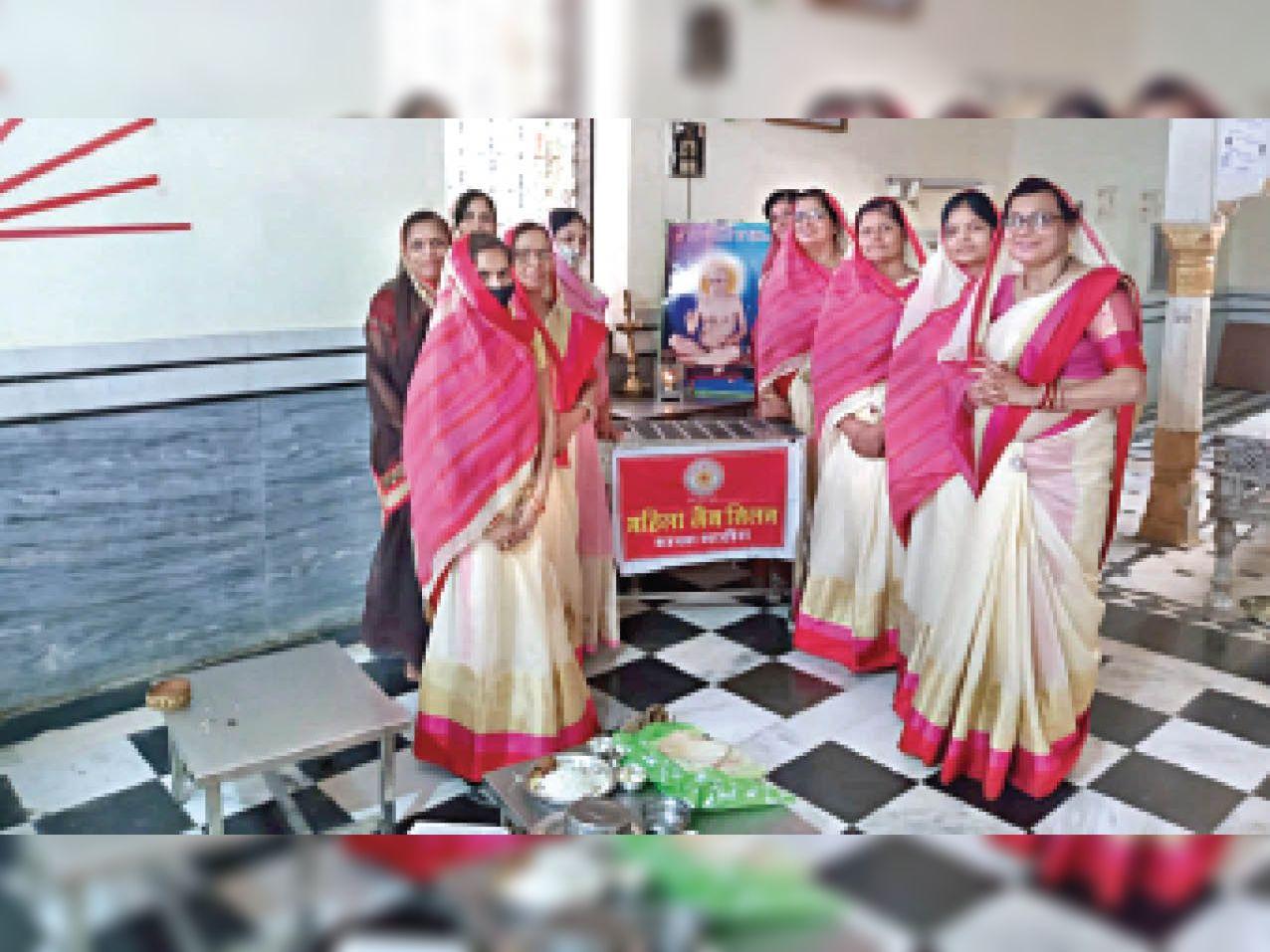 महाआरती करती दिगंबर जैन महा समिति व महिला जैन मिलन की सदस्य। - Dainik Bhaskar