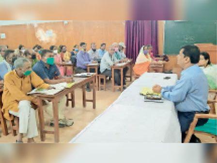 विद्यालय प्रधानों के साथ बैठक करते डीईओ - Dainik Bhaskar
