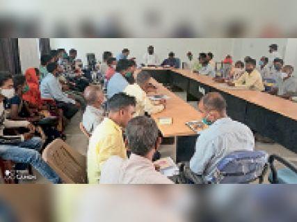 बैठक करते बीडीओ व सीओ - Dainik Bhaskar