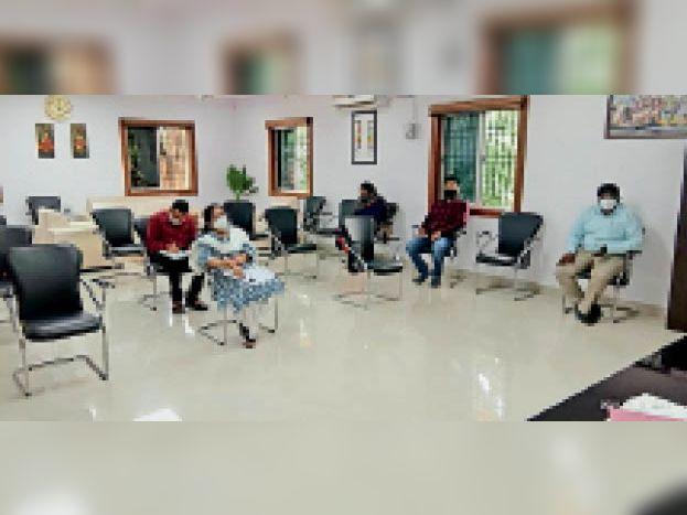 बैठक में उपस्थित अधिकारी। - Dainik Bhaskar