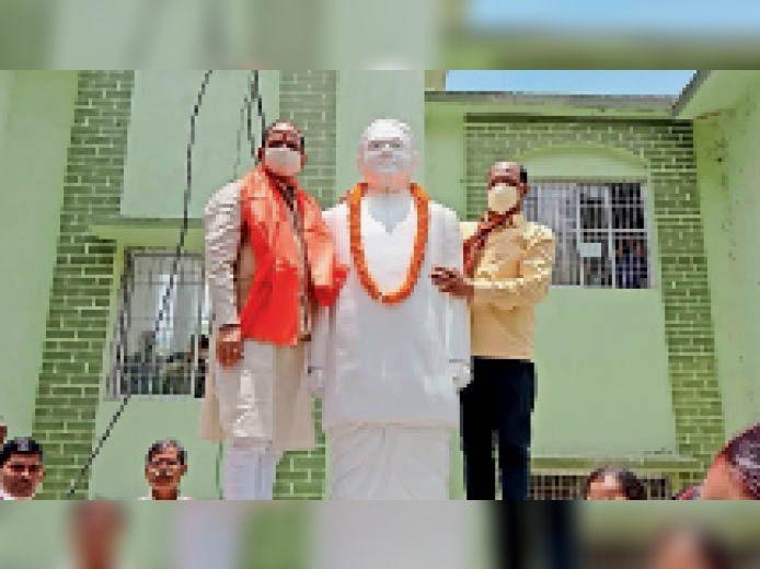 माल्यार्पण करते पूर्व मुख्यमंत्री। - Dainik Bhaskar