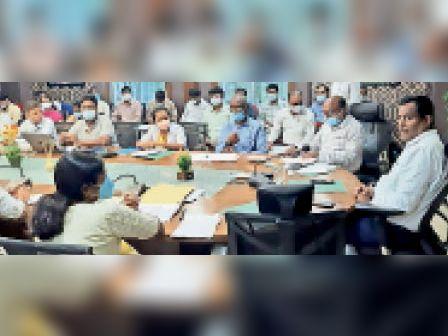 बैठक में अधिकारियों को दिशा निर्देश देते डीसी। - Dainik Bhaskar