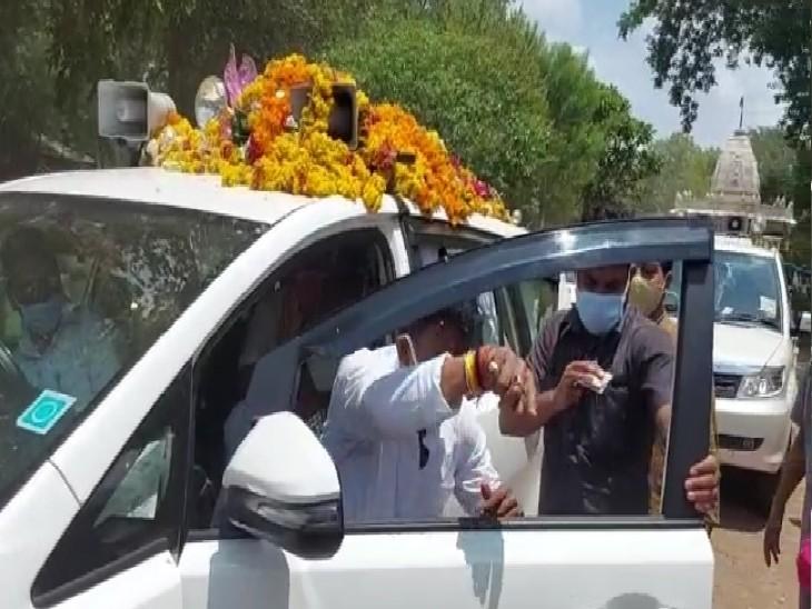ग्वालियर पहुंचने के बाद प्रभारी मंत्री ने कार से उतरने से पहले वहां खड़े लोगों को मास्क पहनने को कहा, फिर बाहर आए