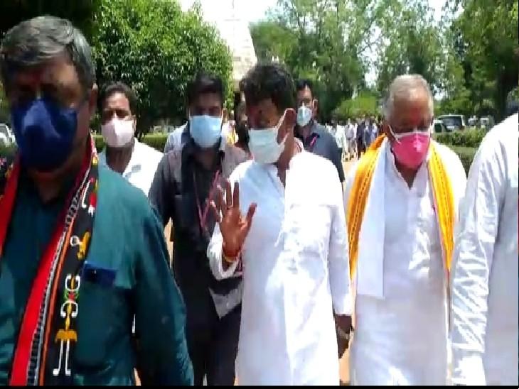 प्रभारी मंत्री तुलसीराम सिलावट कार्यक्रम स्थल तक जाते हुए।