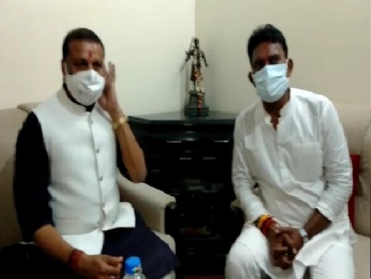 सिंधिया समर्थक सिलावट, जयभान सिंह पवैया से मुलाकात करते हुए