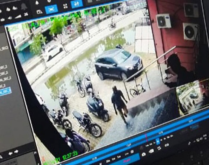 फरीदाबाद। ऐक्सिस बैंक में लगे सीसीटीवी कैमरों में कैद लुटेरा बाइक खड़ी करने के बाद बैंक में प्रवेश करते हुए