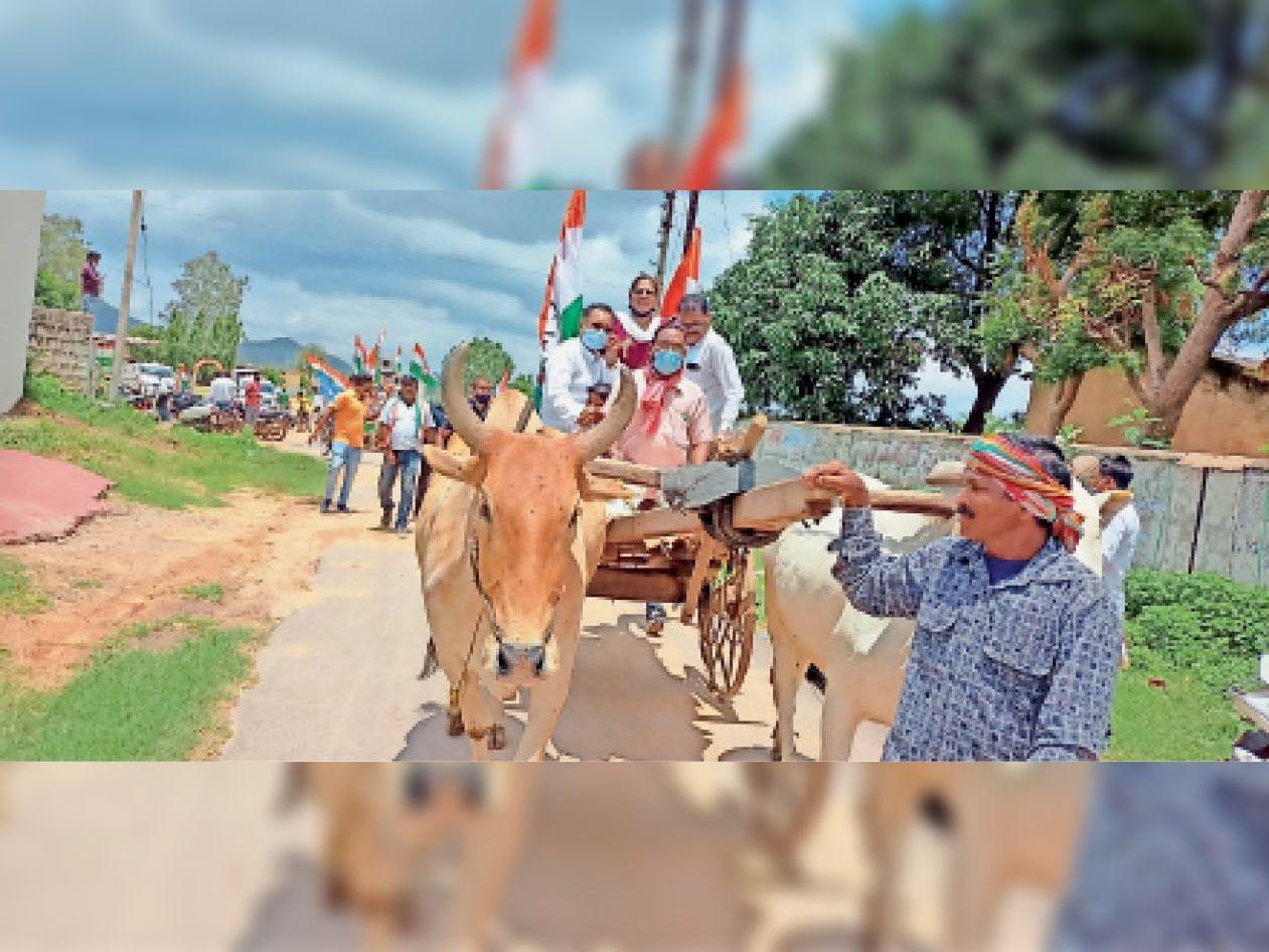 महंगाई के विरोध में कांग्रेसियों ने बैलगाड़ी के साथ साइकिल रैली निकाली। - Dainik Bhaskar