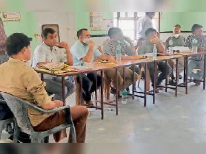 हिंडौन सिटी।रीको मंडल के सभागार मे सिलकोसिस मरीजों के स्वास्थ्य की जाचं करते चिकित्सा कर्मी। - Dainik Bhaskar