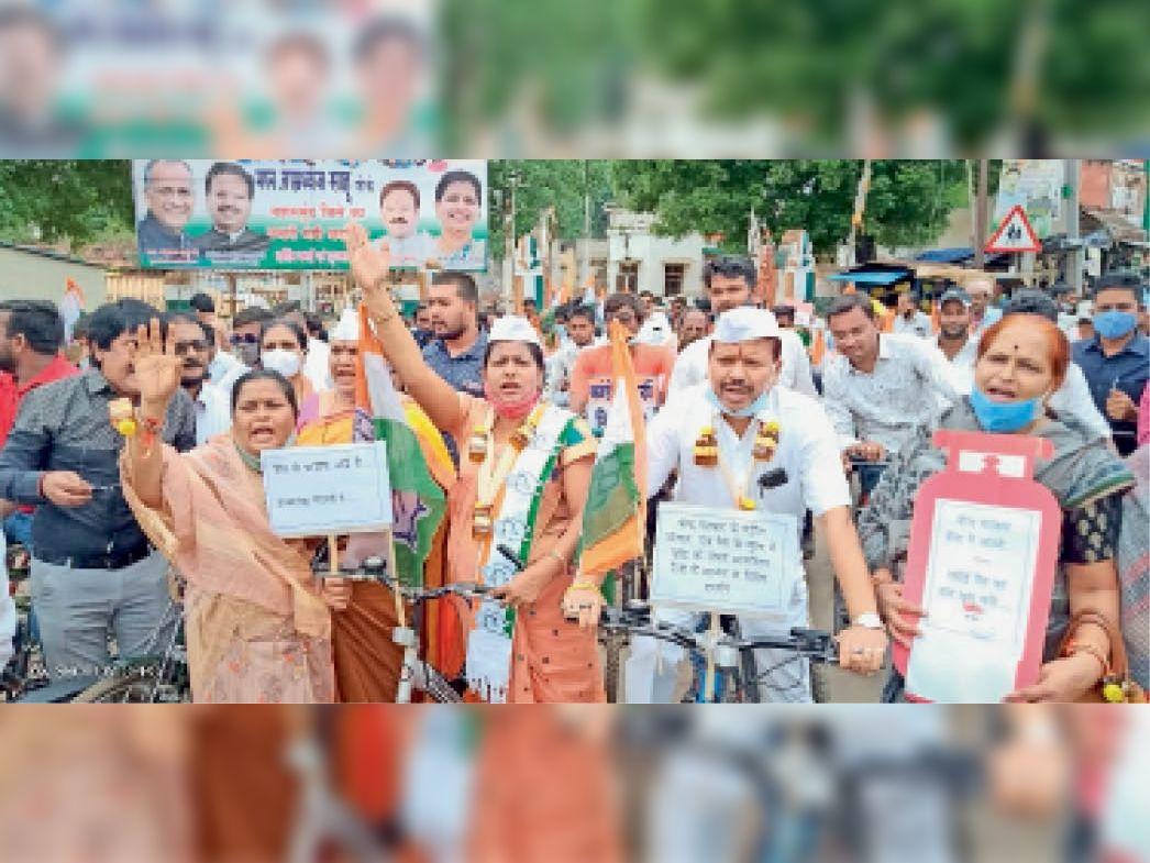 महासमुंद। साइकिल लेकर खड़े संसदीय सचिव, जिलाध्यक्ष व कांग्रेसी। - Dainik Bhaskar