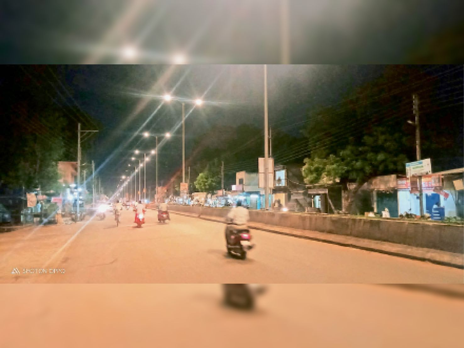 लाइट जलने के बाद मुख्य सड़क जगमगाई। - Dainik Bhaskar