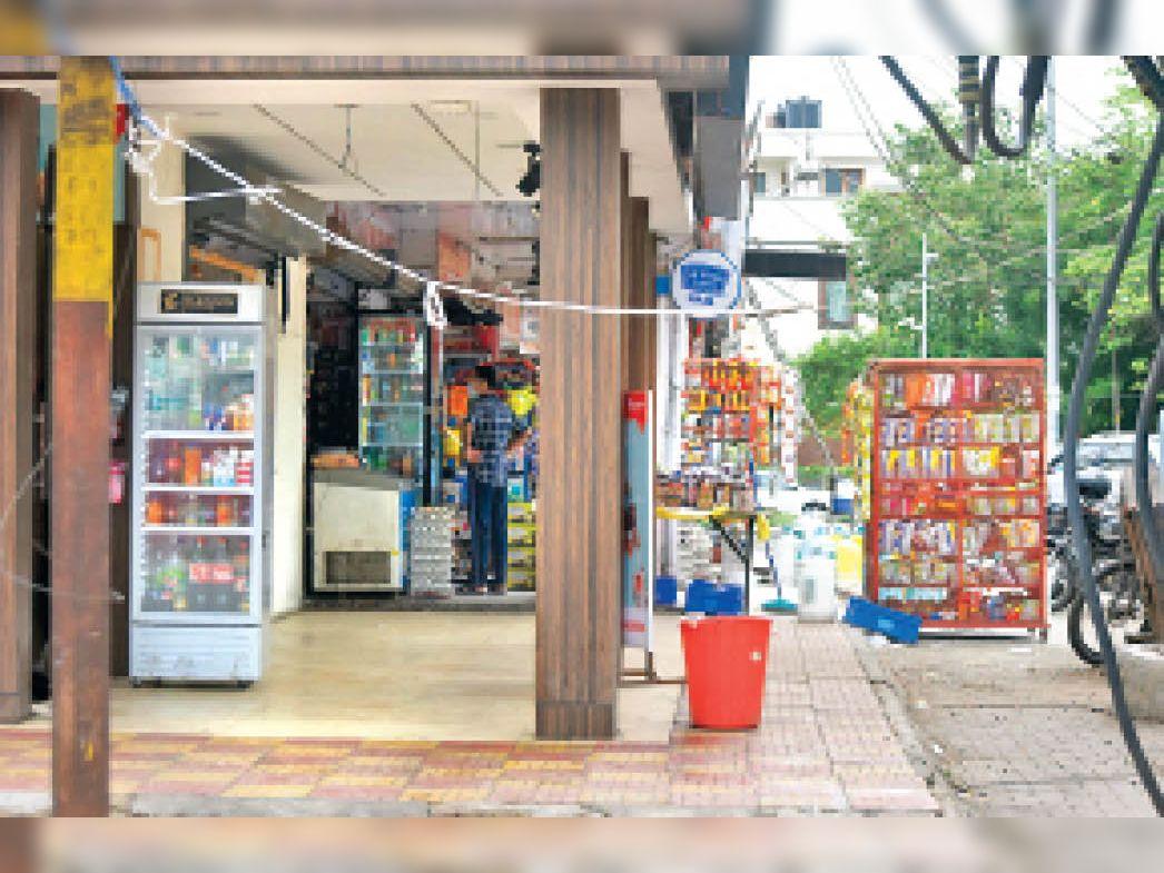 तीन दिन पहले कब्जा हटाने के बाद सेक्टर-7 मार्केट में दुकानदारों ने दुकान के आगे बरामदे और पार्किंग एरिया में फिर से कब्जा कर लिया। - Dainik Bhaskar