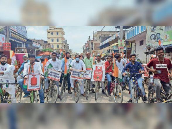 महंगाई के विरोध में साइकिल रैली निकालते कांग्रेसी। - Dainik Bhaskar