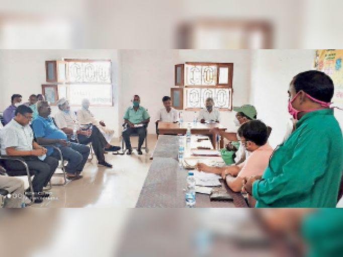 बैठक में एसडीओ, ईओ, मुख्य पार्षद एवं अन्य पार्षदों के साथ ही चेम्बर ऑफ कॉमर्स के लोग। - Dainik Bhaskar