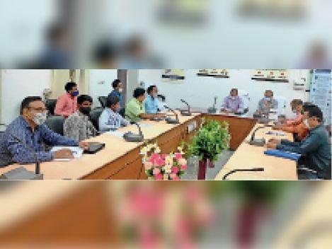 सवाई माधोपुर  विशेष योग्यजनों की मतदान में भागीदारी सुनिश्चित करने के लिए बैठक में निर्देश देते जिला निर्वाचन अधिकारी एवं उपस्थित सदस्य। - Dainik Bhaskar