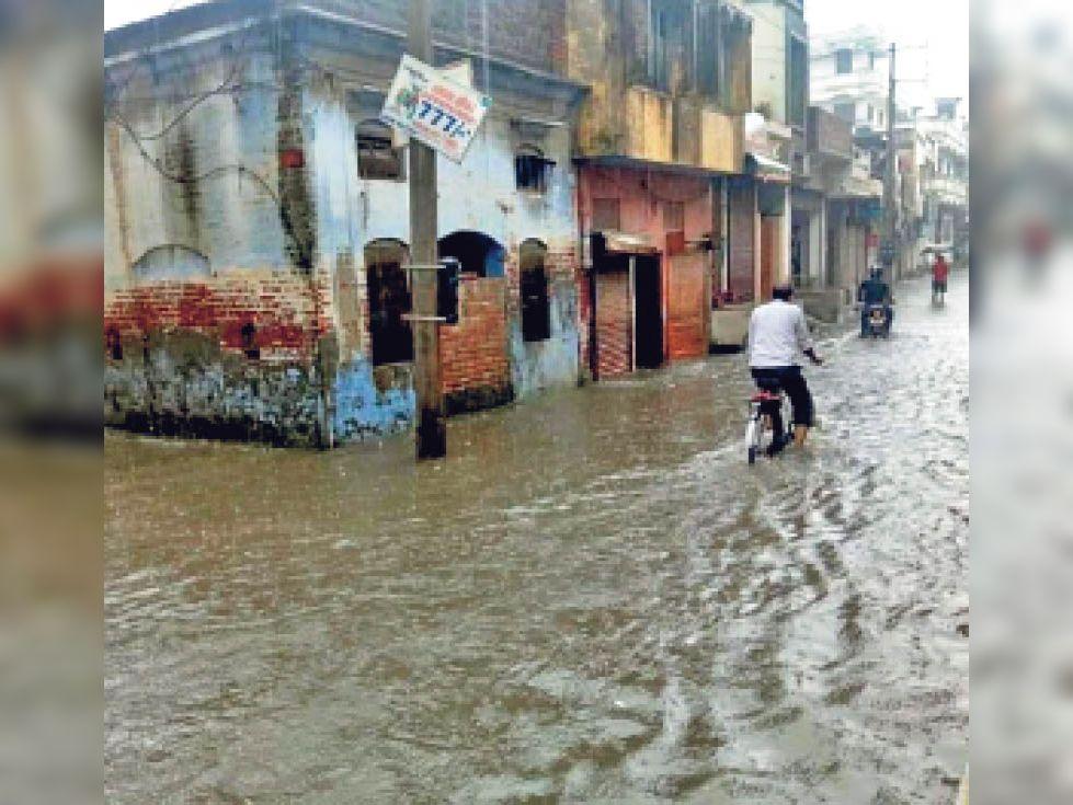 यमुनानगर| जगाधरी में डीडी अग्रवाल स्कूल से शर्मा टेंट हाउस रोड पर बरसात से दो फुट तक जलभराव रहा। - Dainik Bhaskar