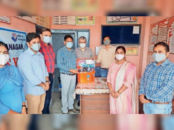 यमुनानगर| सिविल सर्जन डॉ. विजय दहिया को इनवर्टर आरओ भेंट करते रोटरी यमुनानगर के पदाधिकारी। - Dainik Bhaskar