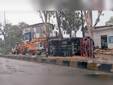 जठलाना|एसके रोड पर पलटा लकड़ी से भरा ट्रक। - Dainik Bhaskar