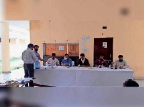 बिलासपुर|ड्रा प्रक्रिया में भाग लेता स्कूल स्टाफ। - Dainik Bhaskar