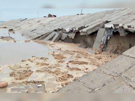 जठलाना|यमुना नदी के जलस्तर में बढ़ोतरी होने पर टूटे गाइड बंध। - Dainik Bhaskar