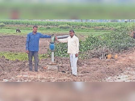 रादौर  गांव कलेसरा में जलापूर्ति विभाग द्वारा लगवाया गया ट्यूबवेल दिखाते ग्रामीण। - Dainik Bhaskar