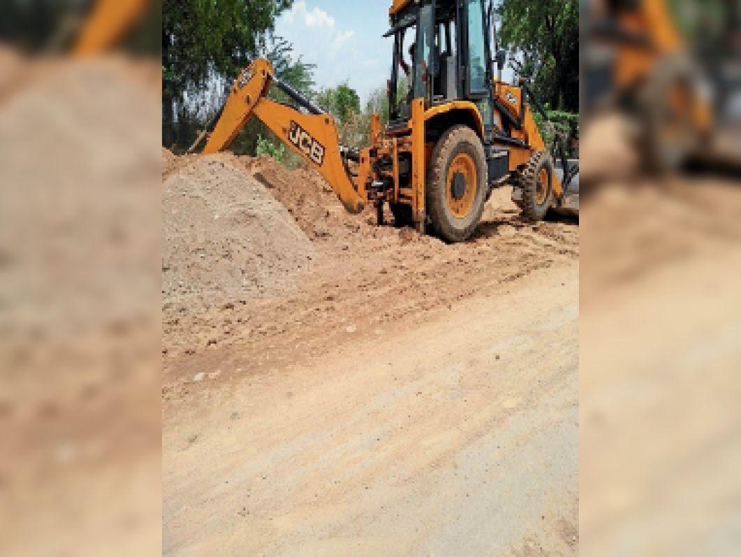 जलालपुरा में सड़क किनारे लग रहे रेत के ढेर को नष्ट करती जेसीबी मशीन। - Dainik Bhaskar