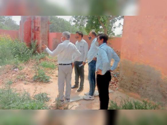 राजकीय विद्यालय भट्टूकलां का निरीक्षण करते डीईओ दयानन्द सिहाग। - Dainik Bhaskar