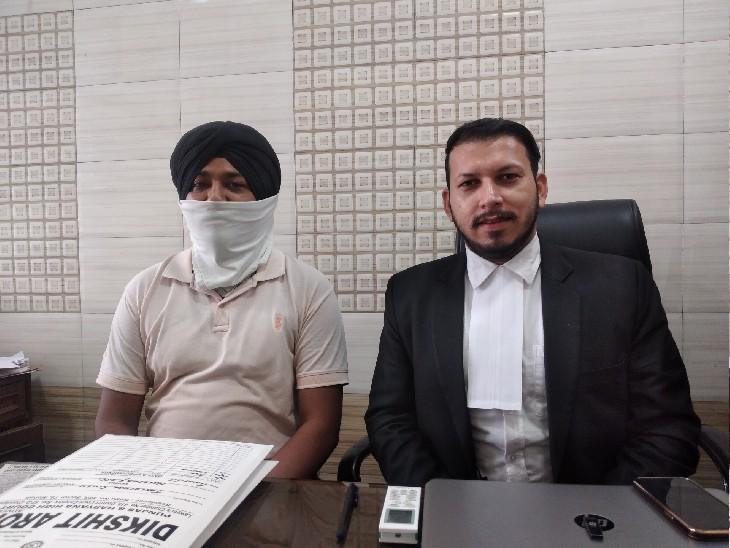 अपने वकील दीक्षित अरोड़ा के साथ पीड़ित सिख युवक। - Dainik Bhaskar