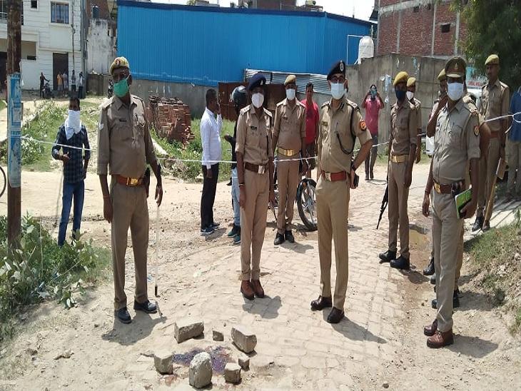 केराकतपुर गांव में प्लंबर की हत्या और उसके साथी की हत्या के प्रयास के बाद एसपी ग्रामीण अमित वर्मा घटनास्थल का मुआयना करने पहुंचे थे।