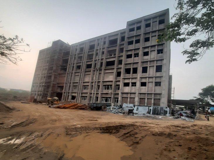 मेडिकल कॉलेज में बन रहे कैंसर इंस्टीट्यूट की निर्माणाधीन इमारत। - Dainik Bhaskar
