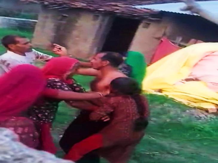 घर की महिलाओं ने भी एक-दूसरे पर जमकर चलाए लात-घूंसे, एक-दूसरे को पत्थरों और डंडों से भी पीटा उदयपुर,Udaipur - Dainik Bhaskar