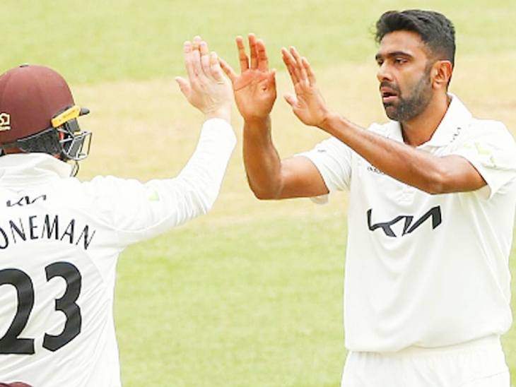 वान डर मर्व को आउट करने के बाद जश्न मनाते अश्विन और सरे टीम के खिलाड़ी। - Dainik Bhaskar