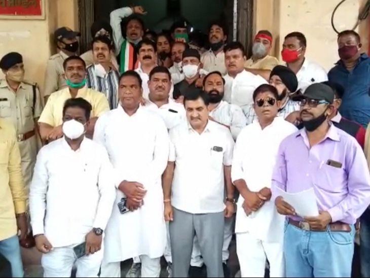 प्रदेश कांग्रेस महामंत्री दयाल चौहान के नेतृत्व में कांग्रेसी कमिश्नर कार्यालय ज्ञापन देने पहुंचे। - Dainik Bhaskar