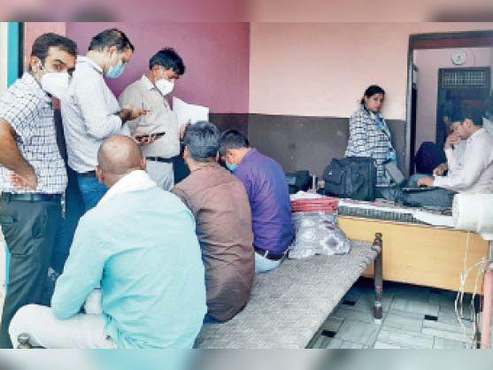 मौके पर मौजूद स्वास्थ्य विभाग के अधिकारी कार्रवाई करते हुए। - Dainik Bhaskar