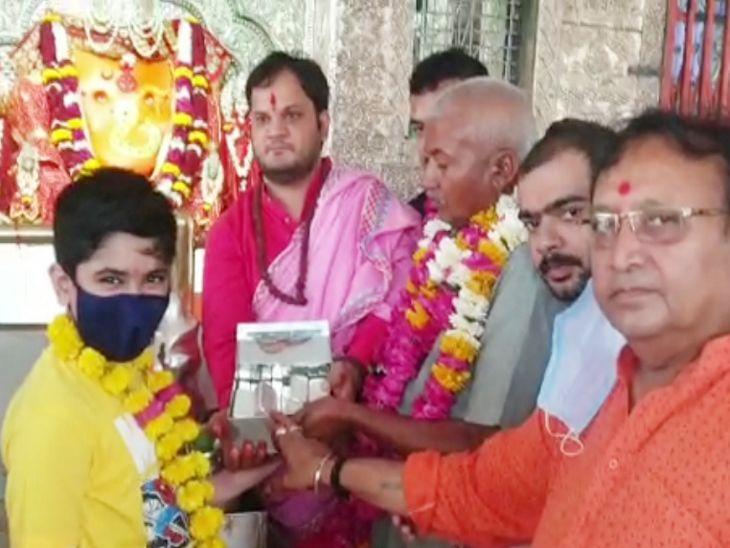 इंदौर में मन्नत पूरी होने पर भक्त ने खजराना गणेश मंदिर में भेंट की चांदी, 150 Kg चांदी से बन रहा है भगवान का नया सिंहासन|इंदौर,Indore - Dainik Bhaskar