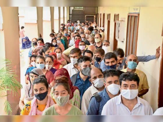 सीआर लॉ कॉलेज में लोगों की लगी भीड़ नहीं दिखा कोई सोशल डिस्टेंसिंग। - Dainik Bhaskar
