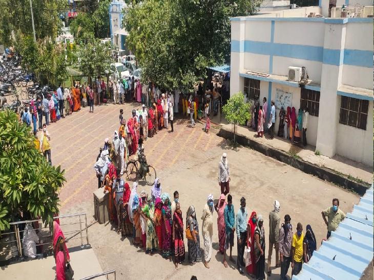 जिला अस्पताल मुरार में यह वैक्सीन के पहले और दूसरे डोज लगवाने के लिए आए लोगों की लाइन है। - Dainik Bhaskar