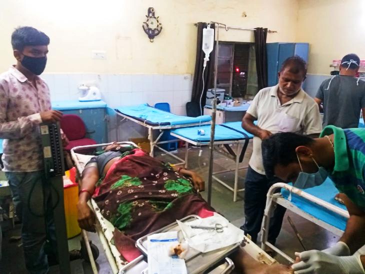 धरियावद स्वास्थ्य केंद्र में महिला को दिया गया प्राथमिक उपचार।