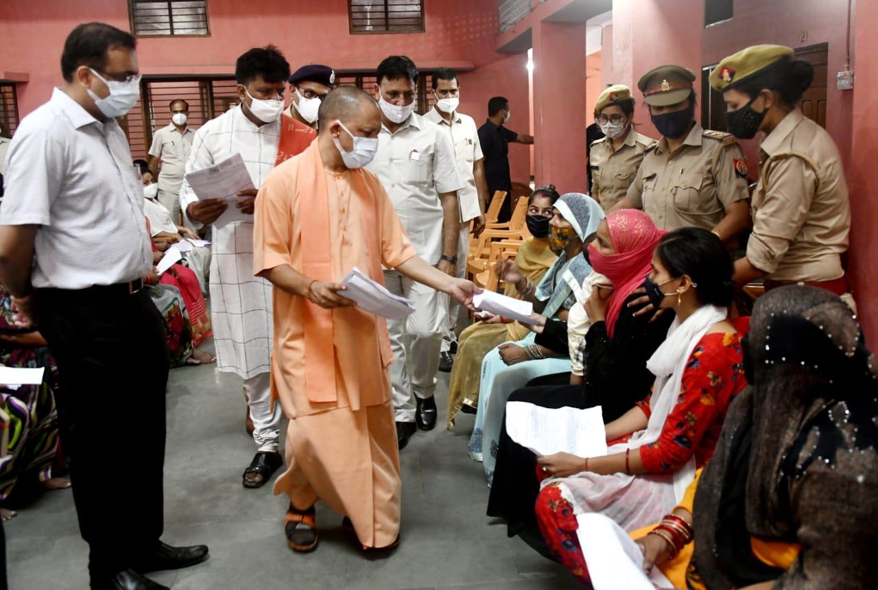 DM पर भड़के CM योगी, अधिकारियों को लगाई फटकार; धर्मांतरण का मामला भी आया|गोरखपुर,Gorakhpur - Dainik Bhaskar