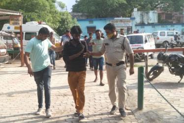 बाइक चोरी के प्रयास में पकड़े आरोपी को ले जाती हुई पुलिस। - Dainik Bhaskar