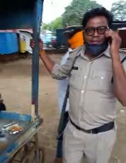 वर्दी और राइफल के साथ ड्यूटी पर दोस्तों के साथ शराब पी रहा जवान, वीडियो बनाने पर बोला - मोबाइल बंद कर लो, मैं पुलिस स्टाफ का हूं; सस्पेेंड|भिंड,Bhind - Dainik Bhaskar
