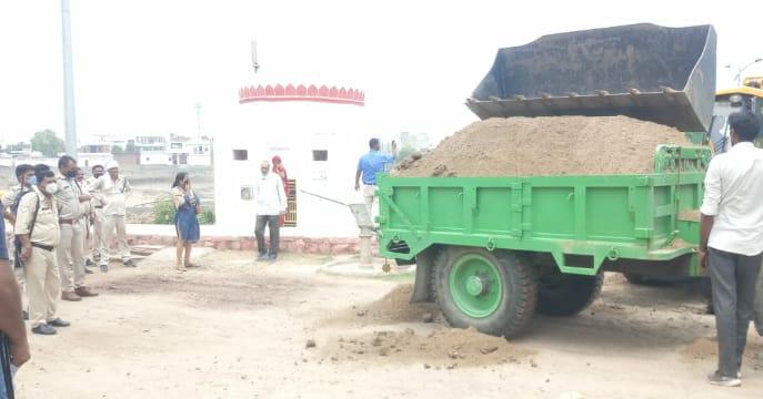 इन्द्रा सरोवर तालाब पर चंबल का रेत पकड़े चार दिन बीत गए, बावजूद, स्टेशन थाना पुलिस ने नहीं दर्ज की FIR|मुरैना,Morena - Dainik Bhaskar