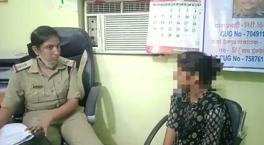 नाबालिग से बात करती पुलिस अधिक - Dainik Bhaskar