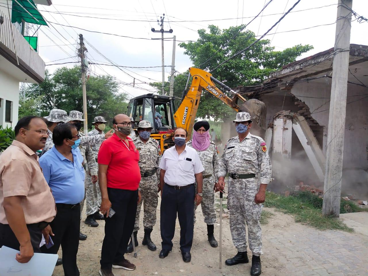 नगर निगम की करीब चार बीघा जमीन पर हो रही थी मकान बनाने की कोशिश, टीम ने अतिक्रमण किया ध्वस्त|बरेली,Bareilly - Dainik Bhaskar